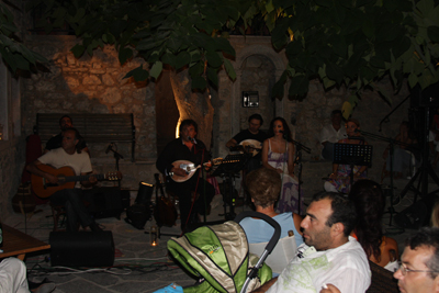 LOYDOBIKOS IN MESTA UNDER TREE